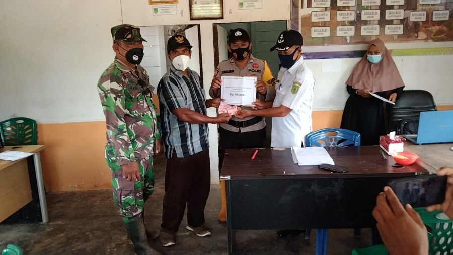 Babinsa Koramil 01/Bangko Serda Andi Jusilah melaksanakan pendampingan penyaluran Bantuan Langsung Tunai Dana Desa (BLT DD)
