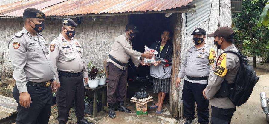 Berbagi Jumat Barokah, Polsek TPTM Salurkan Bantuan Sembako Bagi Warga Kurang Mampu