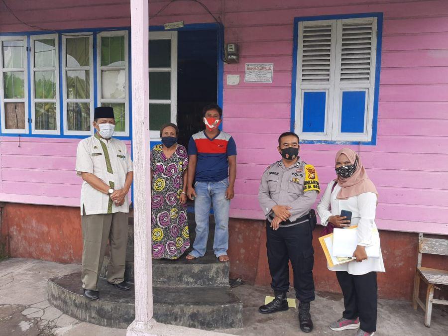 Bhabinkamtibmas dan Datuk Penghulu Melayu Besar Menyaksikan Penempelan Stiker PKH dan BPNT di Lakukan Secara Serentak