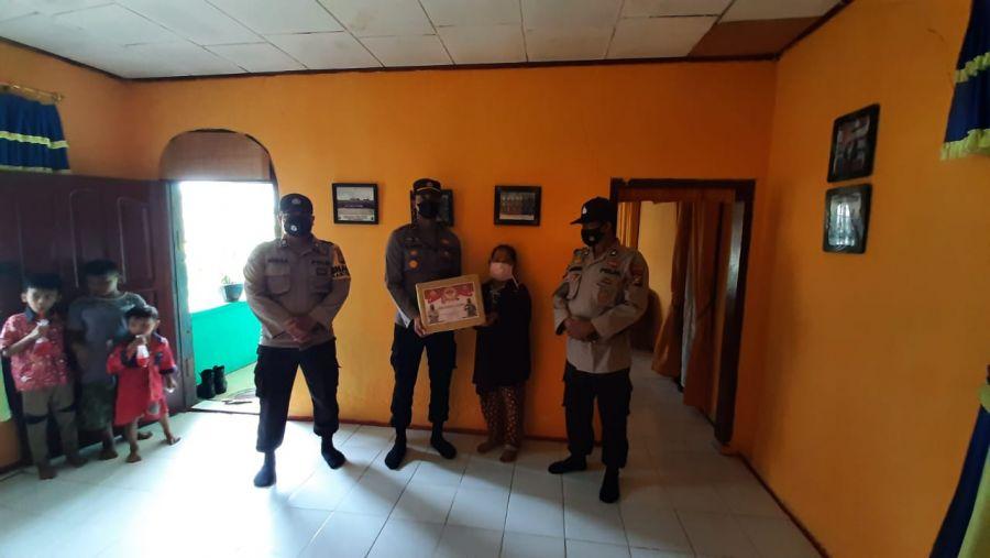 HUT Bhayangkara ke 75, Polsek TPTM Anjangsana Warakawuri Polri Beri Bingkisan