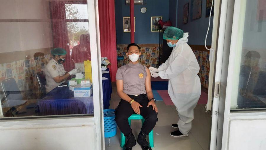 Personil Polsek TPTM Rohil Mendapatkan Suntikan Vaksinasi Covid-19