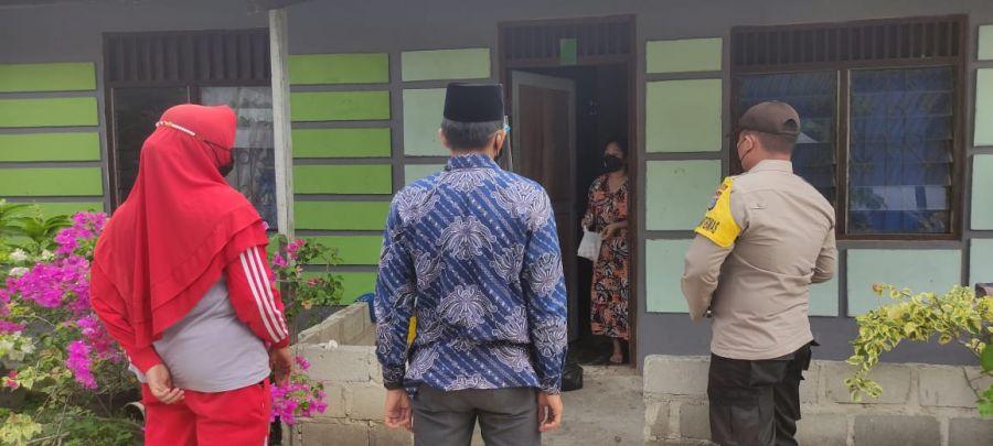 Polsek TPTM Dan Pemerintah Desa Serahkan Bantuan Sembako Pada Warga Yang Jalani Isolasi Mandiri Pasien Covid 19