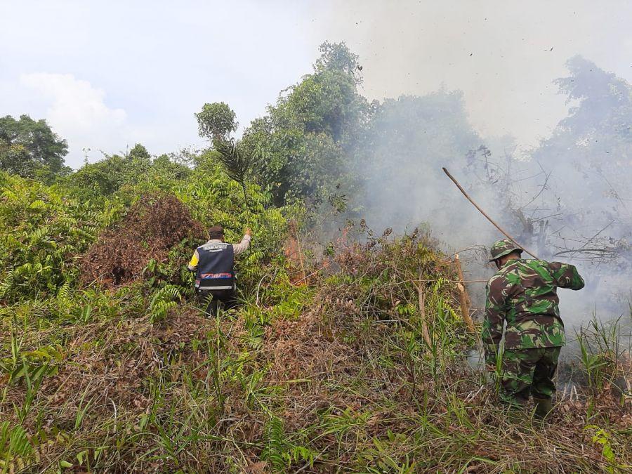 Polsek TPTM Lakukan Pemadaman Dan Pendinginan Karhutla