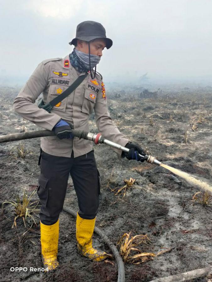 Terdengar Karhutla, Kapolsek TPTM Turun Langsung Berjibaku Padamkan Api