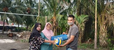 Ketua Komunitas Tepak Sirih Rahmat Pantun,Serahkan Bantuan Bola Voli