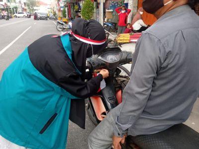 KKN Stai Ar Ridho Bagan Siapi-api Bagikan Bendera Dan Masker.