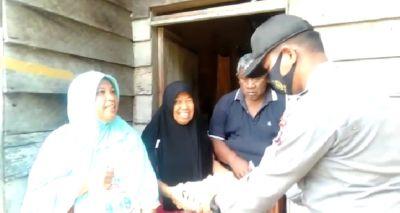 Program Jumat Sedekah, Polsek TPTM Rohil Berbagi Sembako Dengan Warga